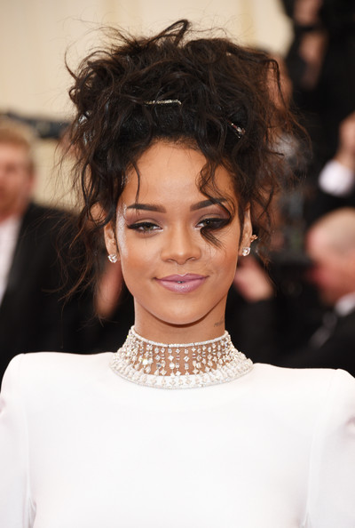 Rihanna_Messy_Bun